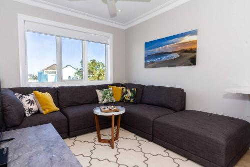 A seating area at BONDI BREEZE-hosted by:L'Abode Accommodation