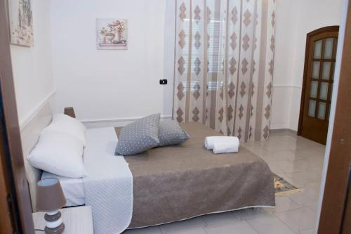 A bed or beds in a room at Tonia's mansion - Free airport pick-up
