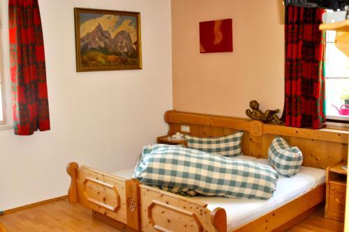 """Ein Bett oder Betten in einem Zimmer der Unterkunft """"0"""" Sterne Hotel Weisses Rössl in Leutasch/Tirol"""