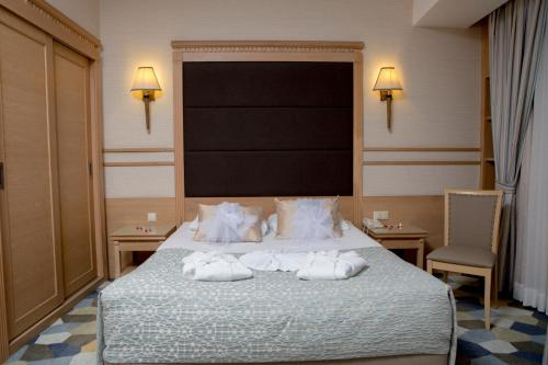 A bed or beds in a room at Fame Residence Lara & Spa