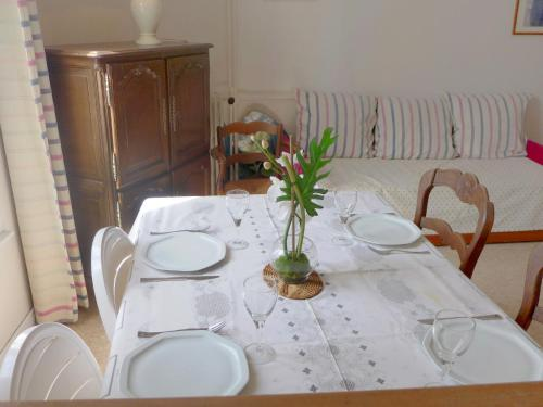 A restaurant or other place to eat at Apartment Le Caneton-1