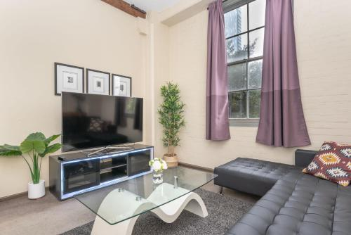 A television and/or entertainment center at AirM8 2 Bed at The OAKS