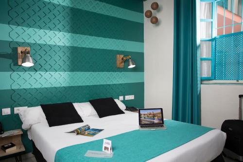 Кровать или кровати в номере Casual de las Letras Sevilla