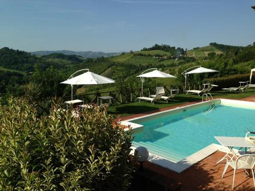 A view of the pool at Locanda Gli Ulivi or nearby