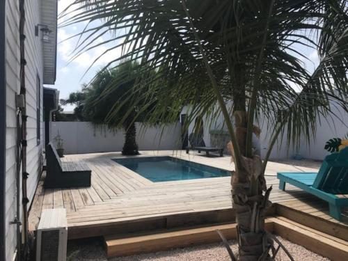 A piscina localizada em Flamingo Studio Sunset Heights ou nos arredores