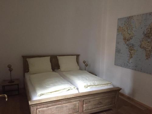 Ein Bett oder Betten in einem Zimmer der Unterkunft Rathaus-Pension 1685