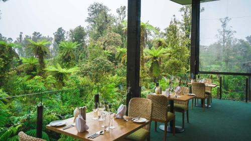 A restaurant or other place to eat at Te Waonui Forest Retreat