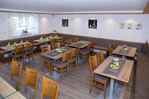 Ein Restaurant oder anderes Speiselokal in der Unterkunft Hotel Gasthof Schützen