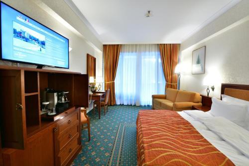 Un televizor și/sau centru de divertisment la Lux Garden Hotel