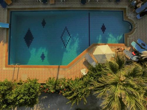 Θέα της πισίνας από το Ξενοδοχείο Βιολέττα ή από εκεί κοντά