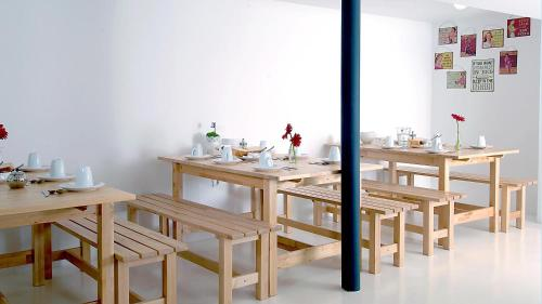 A restaurant or other place to eat at So Cool Hostel Porto
