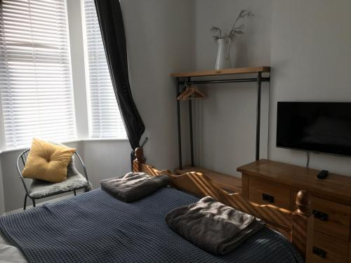 A bed or beds in a room at Wight view, flat 2 rosslyn house