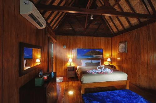 A bed or beds in a room at Yoki's Bungalow