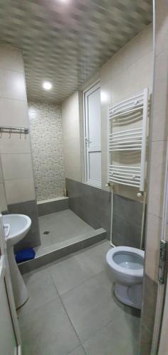 A bathroom at Parkside Apartment