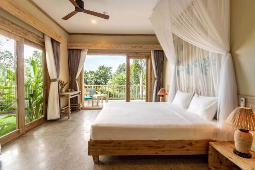 Giường trong phòng chung tại Lahana Resort Phu Quoc & Spa