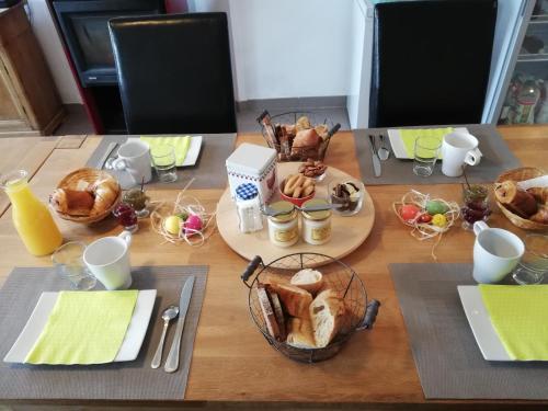 Breakfast options available to guests at Maison d'hôtes Le Jas Vieux