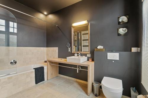 A bathroom at B&B Charming Brugge