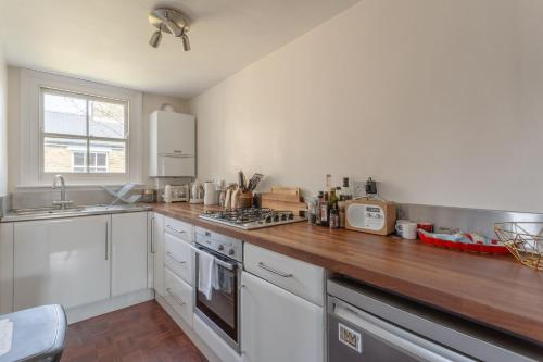 A kitchen or kitchenette at Stylish 1 Bedroom Flat in Stoke Newington