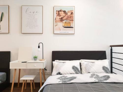 A bed or beds in a room at Riverson Soho(Near Imago) 温馨市中心公寓
