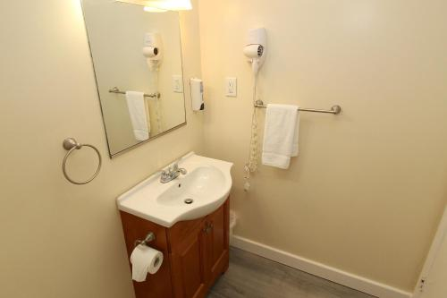 A bathroom at Fin 'N Feather Waterside Inn by Kees Vacations