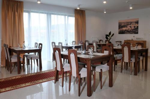 Reštaurácia alebo iné gastronomické zariadenie v ubytovaní Hotel Bélier