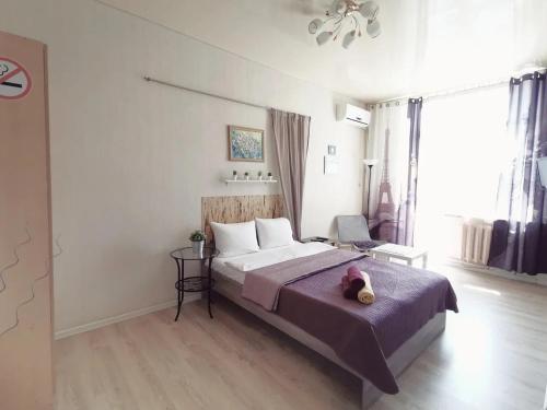 Кровать или кровати в номере Lipki Kvartira