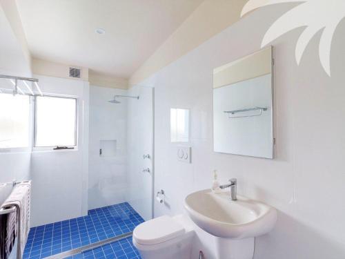 A bathroom at Cair Paravel at Seal Rocks