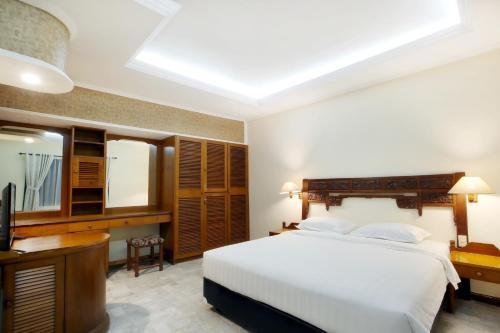 Кровать или кровати в номере Bali Bungalo Hotel