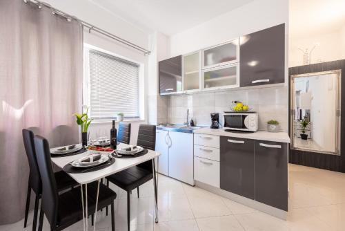 A kitchen or kitchenette at Studio Apartment & Room Ten