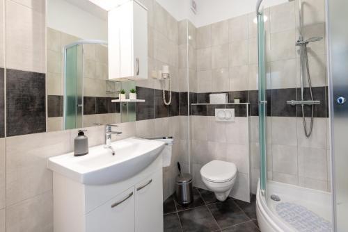 A bathroom at Studio Apartment & Room Ten