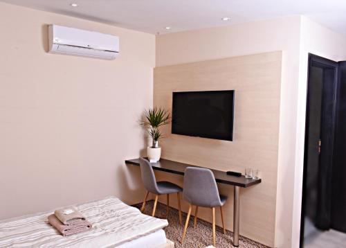 Televízia a/alebo spoločenská miestnosť v ubytovaní Penzion Plaza
