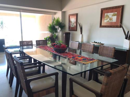 Un restaurante o sitio para comer en Tannah Luxury Beachfront Apartment