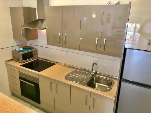 Ett kök eller pentry på Apartamentos Las Rosas de Capistrano