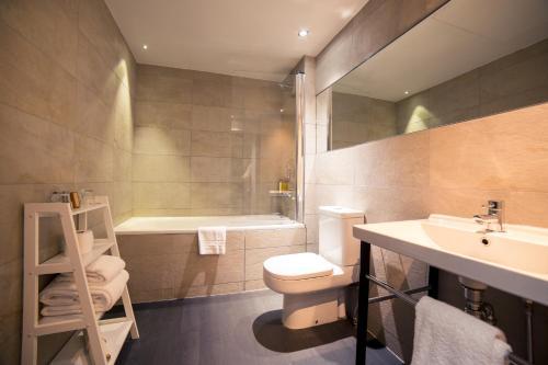 A bathroom at Grey Street Hotel