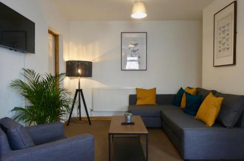 2 Bed Apartment by University & Hospital + Free Parking