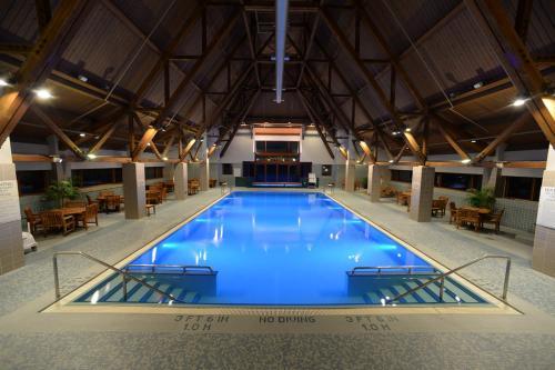 The swimming pool at or close to Alyeska Resort
