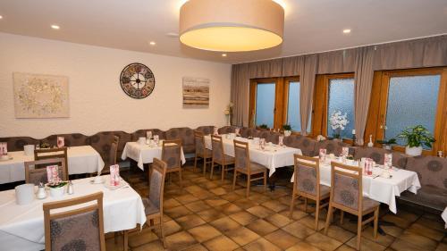 Ein Restaurant oder anderes Speiselokal in der Unterkunft Hotel Lamm