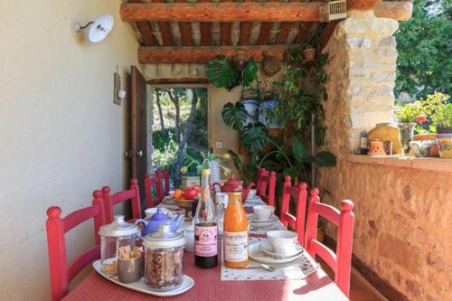 Restaurant ou autre lieu de restauration dans l'établissement Le Degoutaud