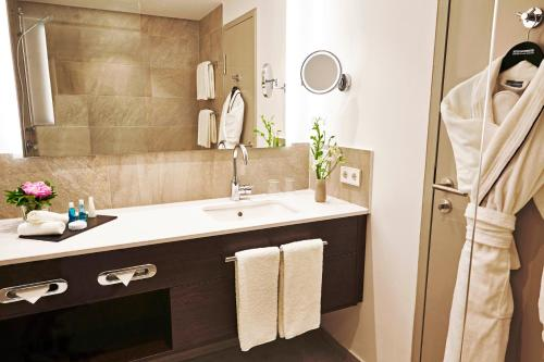 A bathroom at Steigenberger Hotel Köln