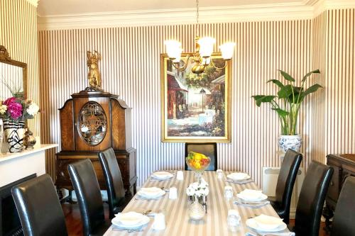 A restaurant or other place to eat at Balmoral House Bed & Breakfast