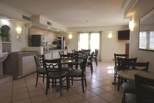 A restaurant or other place to eat at La Quinta Inn by Wyndham Austin University Area