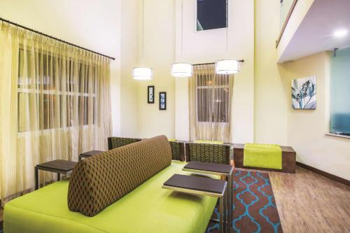 A seating area at La Quinta by Wyndham Oceanfront Daytona Beach