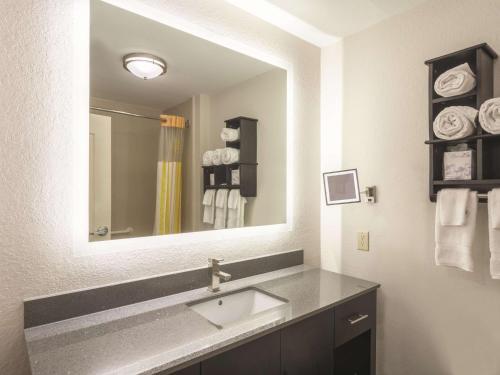 A bathroom at La Quinta by Wyndham Prattville