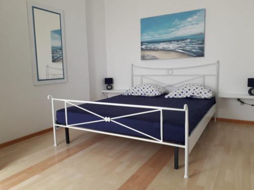 En eller flere senge i et værelse på Lana Apartments