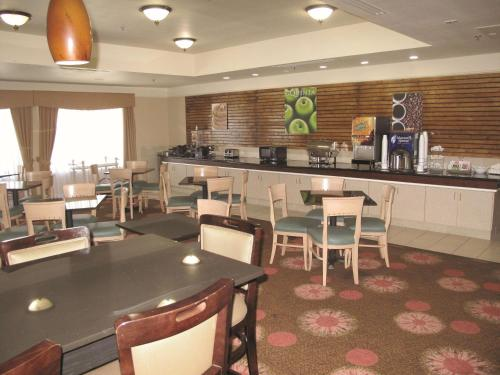 A restaurant or other place to eat at La Quinta by Wyndham Seguin