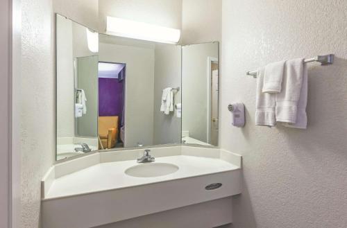 A bathroom at La Quinta Inn by Wyndham Sacramento Downtown