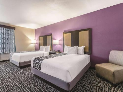A bed or beds in a room at La Quinta by Wyndham Glenwood Springs