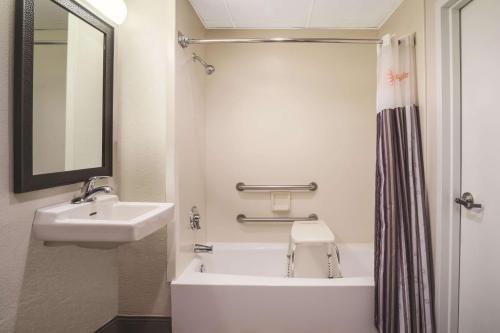 A bathroom at La Quinta by Wyndham Minneapolis Bloomington W