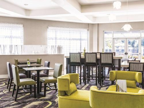 A restaurant or other place to eat at La Quinta by Wyndham Alexandria Airport