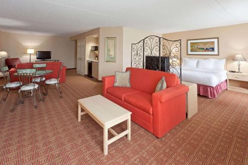 A seating area at La Quinta by Wyndham Garden City